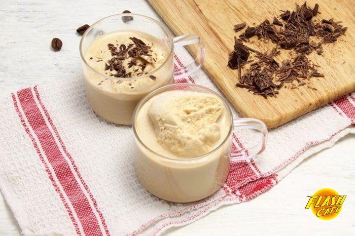 """Кофе-глясе  Время приготовления: 10 минут Количество порций: 1–2 шт.  Название замечательного напитка происходит от французского glacé, что значит """"замороженный"""" или """"ледяной"""". Этот рецепт кофе-глясе отличается отчетливым молочным «оттенком» — без воды.  Сохрани и приготовь утром вкуснейший кофе!  Ингредиенты:  Кофе (молотый) — 2-3 ч. л. Сахар (лучше — демерара) — 2–3 шт. Молоко — 250 мл Мороженое (крем-брюле) — 50 г Черный шоколад — 5-10 г  Приготовление:  1. Кофе в зернах измельчаем…"""