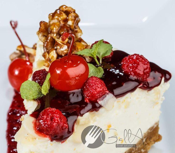 Începem weekendul cu ceva dulce. Cheese Cake cu aromă de lime și fructe de pădure. Un desert consistent, cu un rol important în meniul restaurantelor. By Gallart Food Solution.