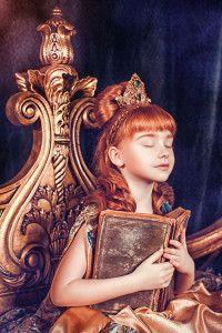 Девочка с золотыми волосами и старинной книгой в руках