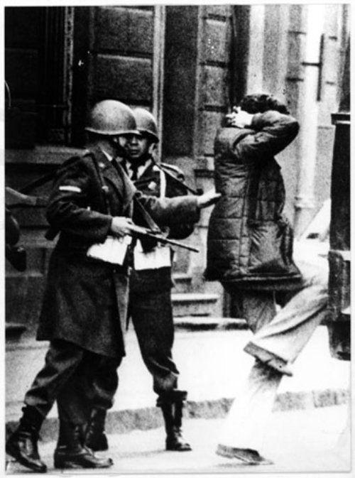 Miembros del GAP, detenidos antes de ingresar al Palacio de la Moneda el 11 de Septiembre de 1973.