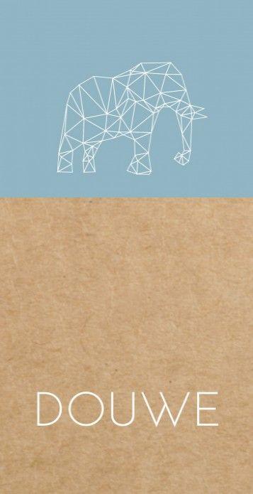 Uniek modern langwerpig geboortekaartje met een blauw vlak op een kraft karton look achtergrond en een hip geometrisch olifantje.
