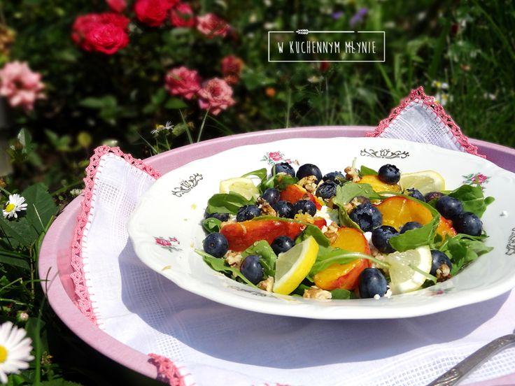 Sałatka z jagodami, brzoskwinią i twarogiem
