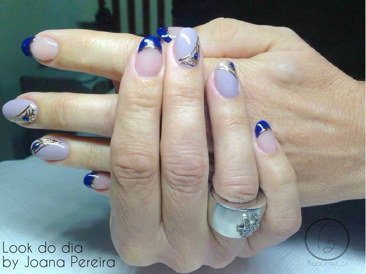 Hoje no #lookdodia temos um trabalho da nossa técnica Joana Pereira. Para adquirir os artigos da imagem pode aceder ao nosso site: http://biucosmetics.com/ As cores utilizadas pode visualizá las no link abaixo: http://biucosmetics.com/flor-de-lotus.html http://biucosmetics.com/unique-novo-trifasico-ultra-resistente-1892.html http://biucosmetics.com/gel-black-para-foil-5g.html http://biucosmetics.com/so-my-blue.html Nail art:  http://biucosmetics.com/foil-gold-and-bronze.html