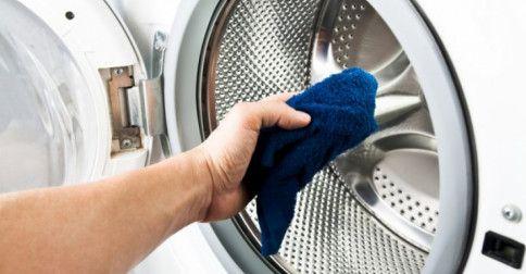 Per smacchiare i panni ricorriamo alla lavatrice, ma quest'ultima chi la pulisce? E soprattutto, come? Anche lei ha bisogno di manutenzione e il cestello, le guarnizioni, le vaschette del detersivo, ammorbidente e candeggina e il filtro vanno puliti a fondo regolarmente. In questo modo vi assicur...