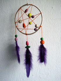 En drømmefanger - til at fange de onde drømme mareridt eller blot til pynt.. Du skal bruge Garn i forskellige farver Perler Tykt stålt...