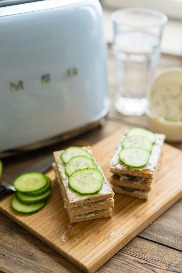 Идея завтрака: сэндвичи с огурцами и ароматизированным маслом Если ищете возможность быстрого и лёгкого завтрака, можно сделать вкусные сэндвичи со свежими огурцами. С одной стороны это сытно, с другой очень сочно и ароматно. А чтобы было ещё вкуснее, мы сделаем ароматизированное масло, которым смажем наши сэндвичи. Положите в чашку мягкое сливочное масло комнатной температуры (30...