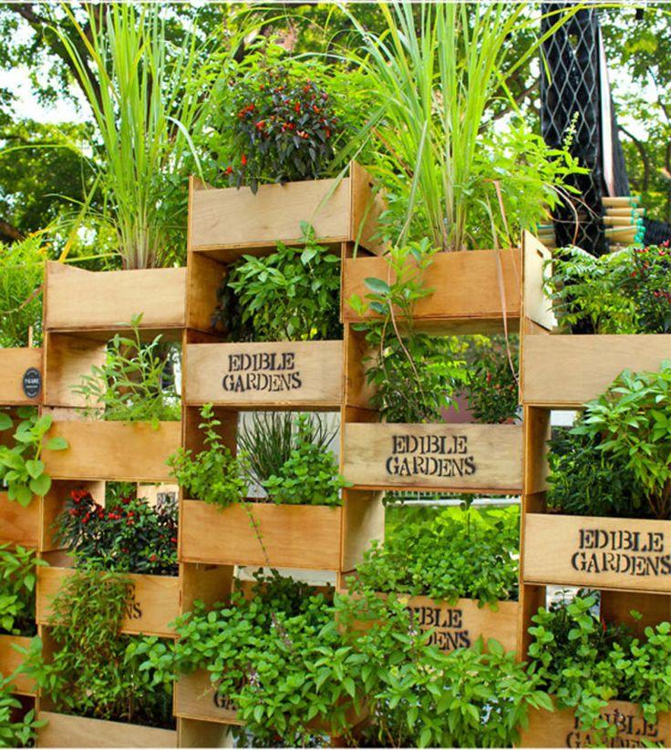10. Faça seu próprio jardim vertical empilhando algumas caixas de madeira. Não esqueça de reforçá-las com algumas tábuas.