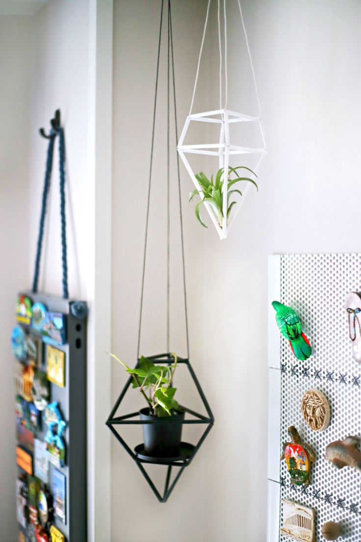 Figuras geométricas colgantes hechas con pajitas