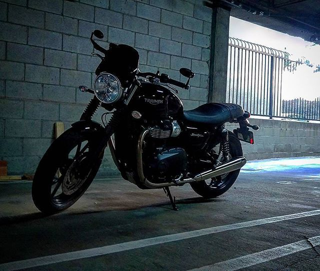 Tucked away safe and sound Credit: @falco1901 Triumph Street Twin Featuring the Midnight Tint Classic Flyscreen SHOP LINK IN PROFILE #TriumphMotorcycles #StreetTwin #triumphTwin #triumphbonneville #triumphmotorcycles #fortheride #triumphofficial #triumphnation #caferacer #windshield #flyscreen #dartflyscreen #fortheopenroad