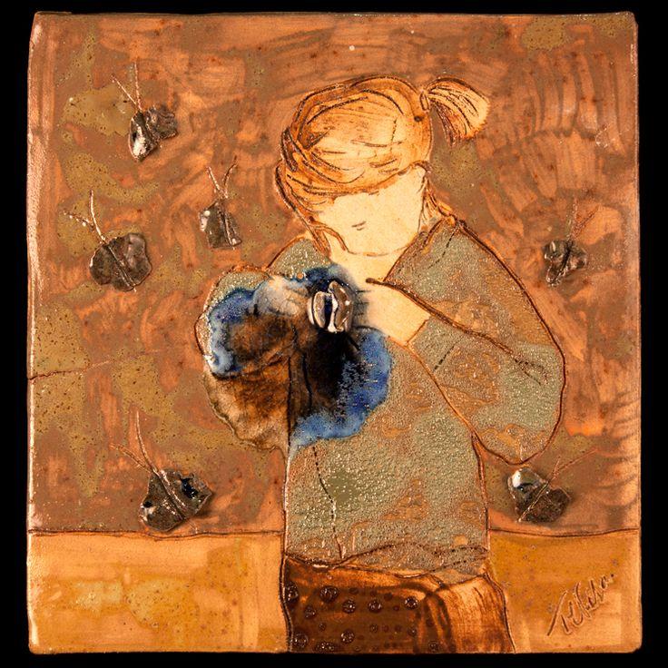 Niña rubia. Placa de cerámica modelada, dibujada y pintada a mano con esmaltes de alta temperatura.