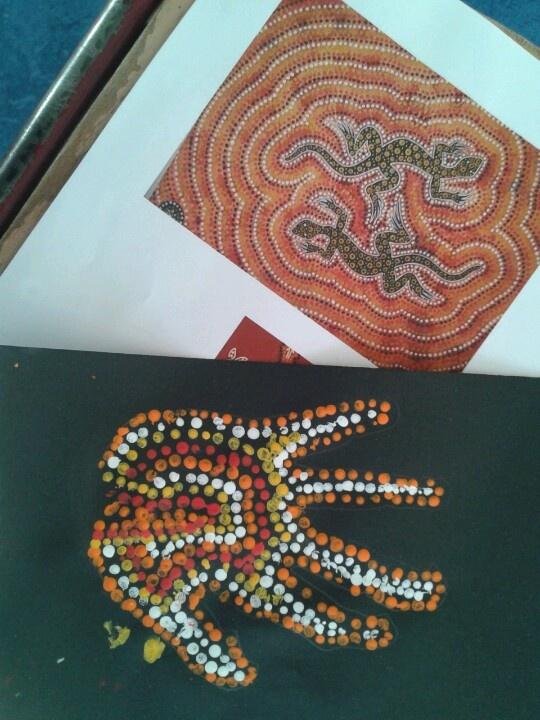 Kunst uit australië. Met de achterkant van een spijker stempelen in de overgetrokken hand.