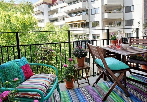 Instead of wood flooring or artificial grass i could put a nice colourful rug on the balconyfloor - maybe I should update to bright colors on my balcony