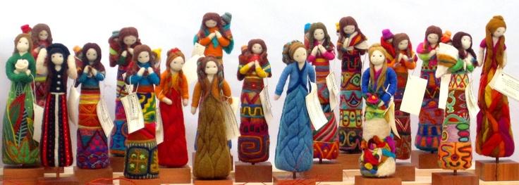 MUÑIKAS VELLÓN  http://www.facebook.com/munikas.vellon          Muñecas decorativas hechas en vellón de oveja, 100% natural. Trabajo completamente hecho a mano. Cada muñecas tiene diseños únicos basados en las culturas precolombinas de América latina, especialmente de Chile y también están inspiradas en elementos de la naturaleza. Todas las muñecas son distintas e irrepetibles.    Precioso trabajo !