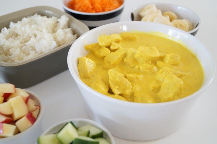 Kylling i karry. En nem og rigtig god opskrift på kylling i karry. Den er mild i smagen og yderst børnevenlig. Serveres med kogte ris og tilbehør.