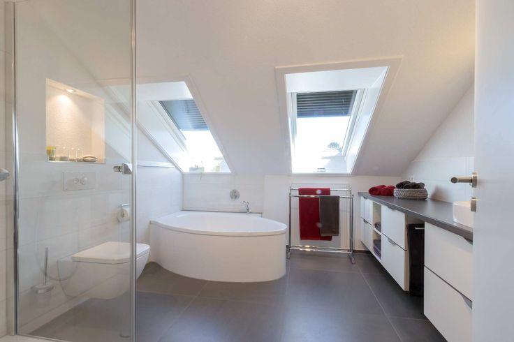 36 besten kleine b der mit dachschr ge bilder auf pinterest badewannen badezimmer und halbes. Black Bedroom Furniture Sets. Home Design Ideas