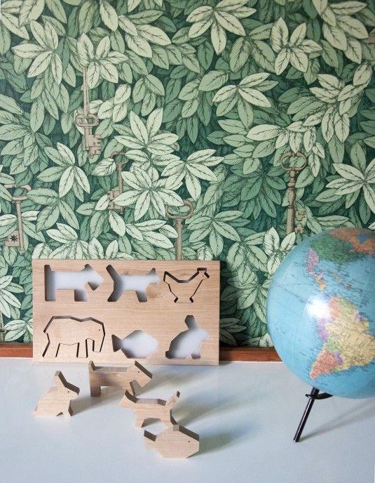 Puzzle comprenant 6 figurines de bois représentant des animaux. Dans une logique de recyclage, Bel Ordinaire s'associe avec l'atelier de menuiserie Lynium, basé à Metz. Ainsi, une nouvelle vie est donnée aux chutes de bois produites par l'atelier.