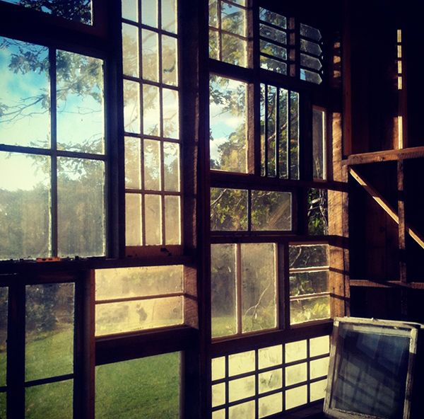 house made of windows west virginia 3 Una cabaña de ventanas recicladas