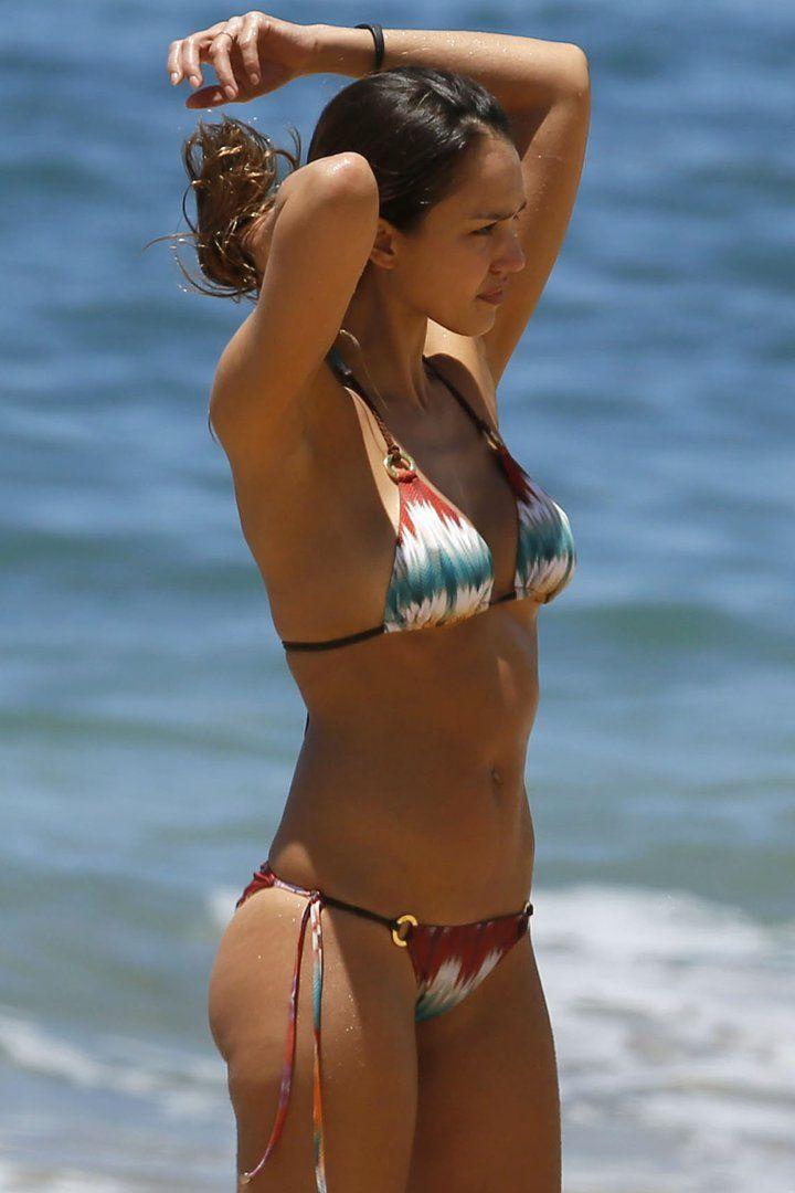 Jessica Alba Makes Her Hawaiian Beach Day Look Like a Slow-Motion James Bond Scene