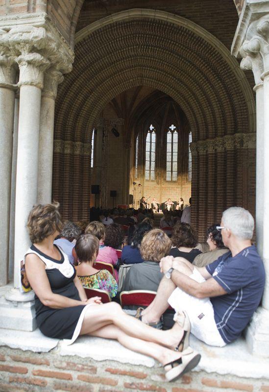 Une pause littéraire au cloître du couvent des Jacobins pendant le festival du Marathon des mots © K Lhémon #visiteztoulouse #toulouse