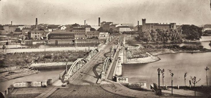 Widok na nowe mosty Uniwersyteckie i na prawobrzeżną część miasta. Mosty, autorstwa radcy budowlanego Alexandra Kaumanna, wybudowano w latach 1867-1869 (obecne pochodzą z lat 30. ubiegłego wieku), opierały się na solidnych, kamiennych filarach i cyplu Kępy Mieszczańskiej. Łączyły Stare Miasto przez specjalnie w tym celu poszerzony przejazd w gmachu głównym uniwersytetu, z prawobrzeżną częścią Wrocławia. Zdjęcie zrobione w latach 70. XIX wieku przez Hermanna Kronego (w zbiorach Technische…