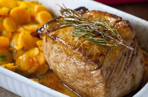 Gelakt varkensgebraad met rozemarijn, gratin dauphinois en wortelstoofpot