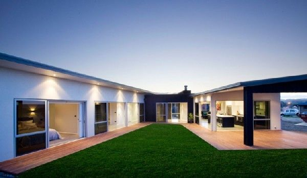 Modern Residence in New Zealand Literally Opening Up Towards a Central Yard