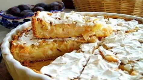 Krémes almás pite!  A hozzávalók kiméréséhez 2,5 dl-s bögrét használunk. Hozzávalók: 2 bögre liszt, 0,5 bögre víz, 150 g vaj, 0,5 kiskanál ecettel fel futtatott szódabikarbóna, 1 kg alma. Hozzávalók a krémhez: 1 bögre tejföl, 1 bögre cukor, 1 db tojás,[...]