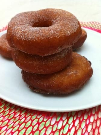 Ik was vroeger dol op donuts, hoe kleffer hoe beter. Het stond dus al lang op mijn to do lijstje om glutenvrije donuts te bakken. Het liefst eet ik ze gewoon met suiker, ik hoef geen glazuur of chocolade erop. Maar dat kan jij natuurlijk wel doen! Het maken van een glutenvrije donut is wel …