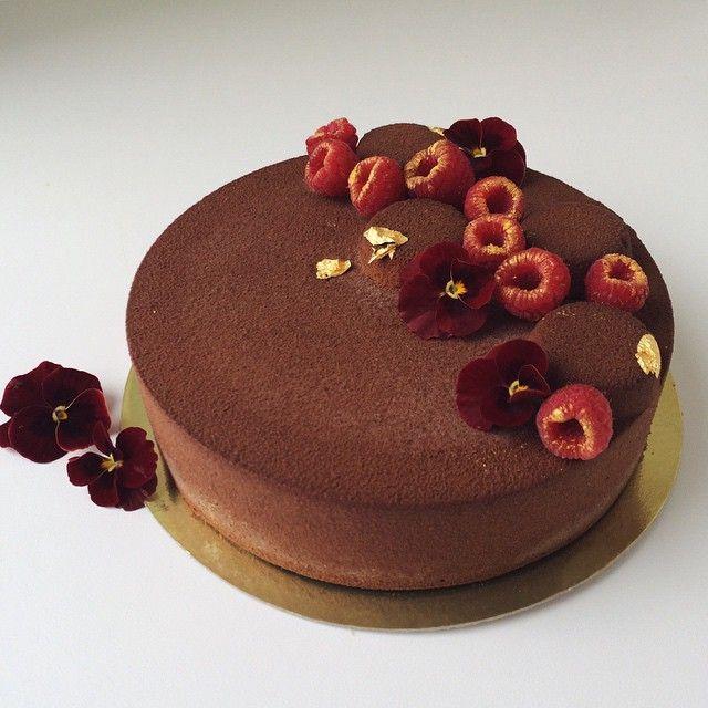 """Polubienia: 599, komentarze: 26 – Ксения (@ixenia) na Instagramie: """"Малиново-шоколадный торт на день рождения для мужчины. Тонкий лимонный крамбл, насыщенный…"""""""