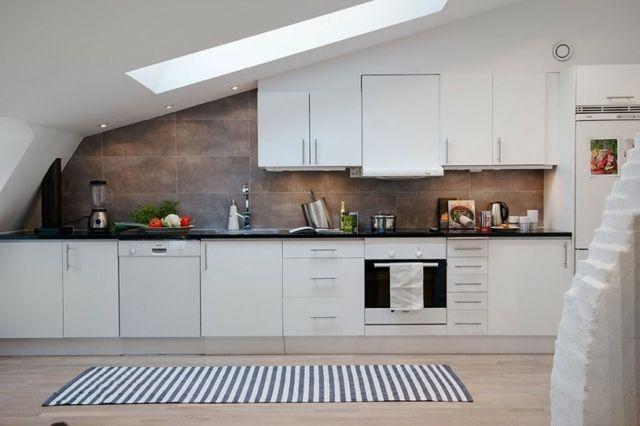 Küche Dachschräge weiße Schränke Küchenrückwand Holzoptik