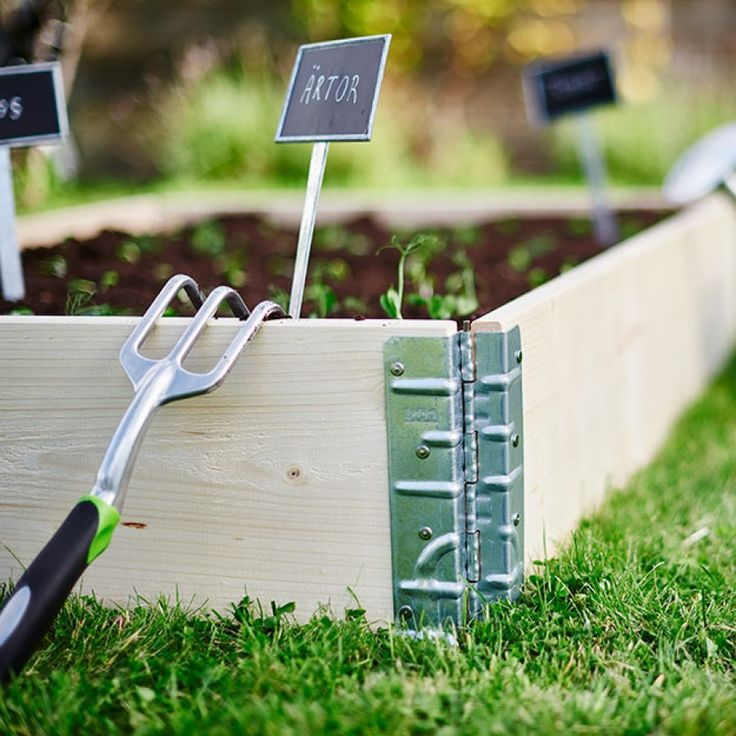 Odla egna grönsaker, kryddor och bär på ett smidigt och lättskött sätt i pallkragar. Dessa kan placeras både i trädgården, på terrassen och balkongen, det är bara underlaget som varierar.