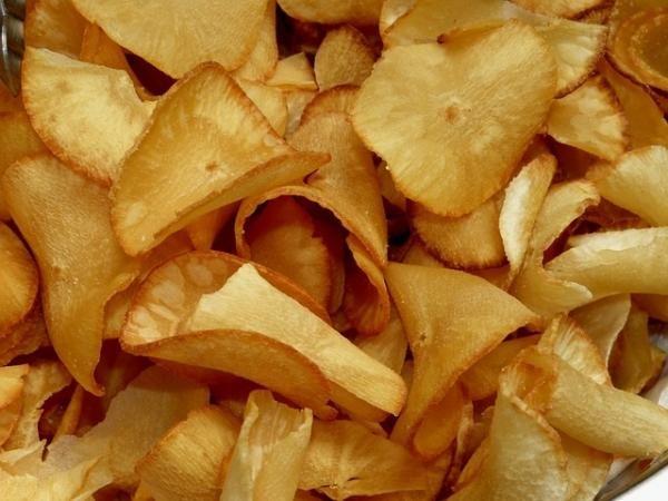 Cómo hacer chips de yuca. Los chips de yuca son sencillamente deliciosos y muy populares en varios países de América Latina, donde se usan como sustitutos de los clásicos chips de patatas. Se trata de una opción diferente que ...