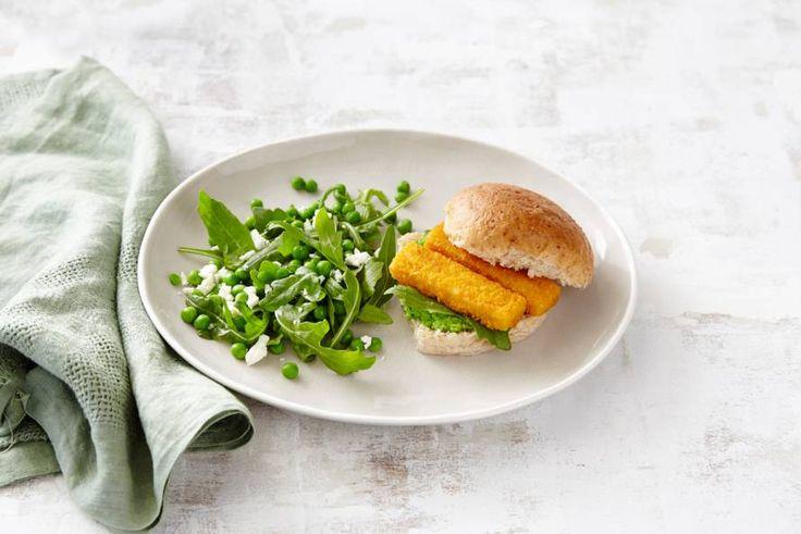 Kijk wat een lekker recept ik heb gevonden op Allerhande! Broodje visstick met rucola-tuinerwten-fetasalade