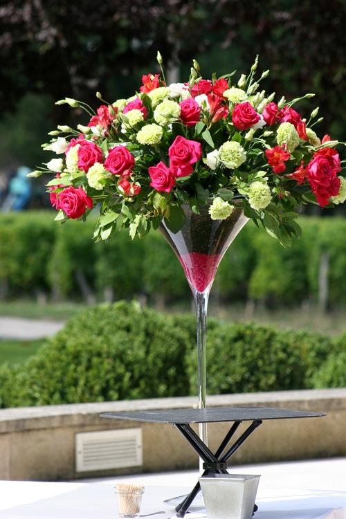 Coupe Martini survitaminée!  Roses fuschia, oeillets, lysianthus. Compositions de buffet #mariage #fleurs #francefleurs