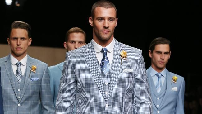Placid blue men's suit is hot this year! The friendly yet stylish color creates a charming and cool atmosphere.