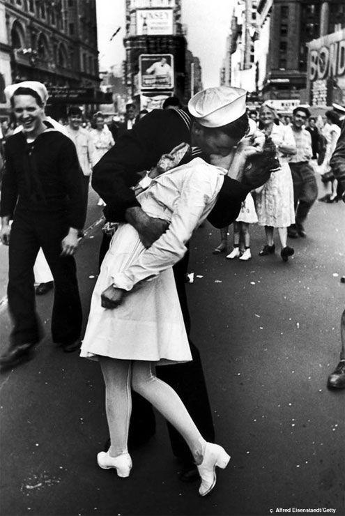 cena inicial do filme Cartas de Amor para Julieta em que Sophie procura o casal da foto.  V-J Day in Times Square é uma famosa fotografia de Alfred Eisenstaedt que retrata um marinheiro norte-americano beijando uma jovem mulher em um vestido branco (enfermeira, quem sabe?) no Dia V-J na Times Square em 14 de agosto de 1945