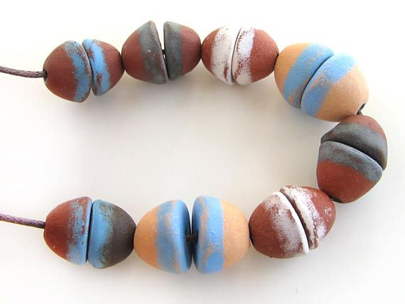 Primitieve unieke handgemaakte keramische kralen  kegel