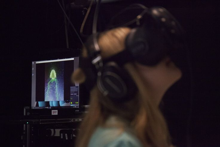 Björk Digital: l'esibizione VR presto a Los Angeles. Una ragazza sperimenta l'esperienza immersiva di Björk Digital alla Somerset House di Londra | VirtuaLMentis
