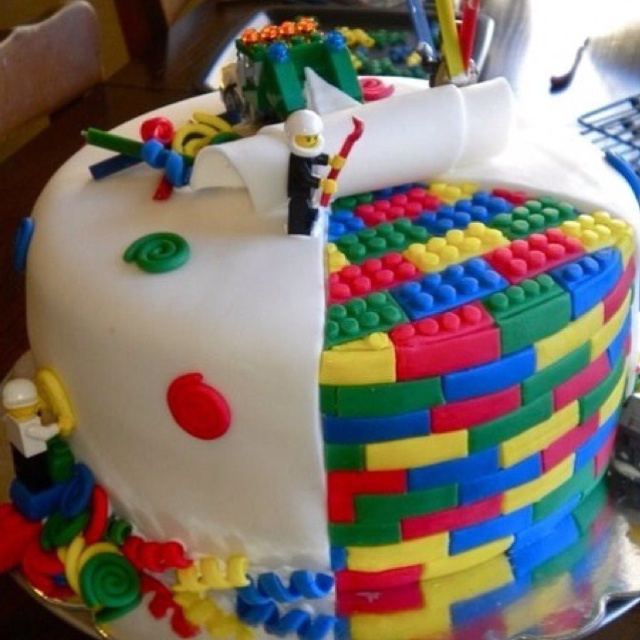 Awesome Lego cake for a kid's birthday party!