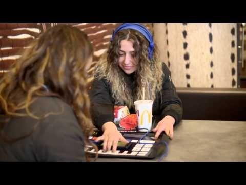 la McTrax, un napperon de plateau high-tech qui permet aux consommateurs de se la jouer dj le temps d'un hamburger. Cette petite table de mixage comporte 26 touches et fonctionne avec une batterie, une carte de circuit imprimé et de l'encre conductrice. Il suffit de placer son smartphone dans l'emplacement prévu au centre, télécharger une application pour ensuite créer sa propre mélodie.