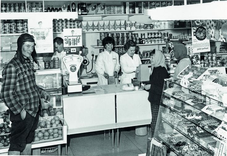Viitasaarella toimineen Osuuskauppa Sisämaan myymälä 1960-luvun lopulla.