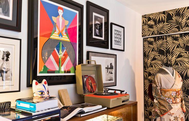 Dans le bureau de Richeille Formento, hommage à David Bowie avec, au centre, une illustration de Craig & Karl et, tout autour, des tirages noir et blanc signés Albert Watson ou Terry O'Neill. Sur la console, un tourne-disque portable vintage, et l'édition limitée d'un vinyle de Bowie pour son 40e anniversaire.
