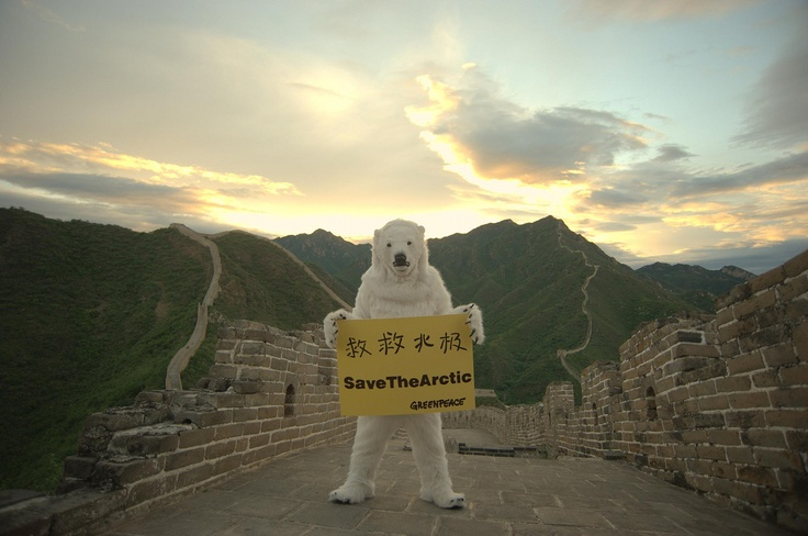 """O Greenpeace lança a campanha """"Salve o Ártico"""", na muralha da China, durante a Rio+20. A organização une forças com atores de Hollywood, estrelas do rock, ambientalistas, exploradores polares e líderes empresariais para pedir a criação de um santuário global no Ártico. Os líderes da campanha estão exigindo que a exploração de petróleo e pesca não sustentável sejam proibidas nas águas do Ártico."""