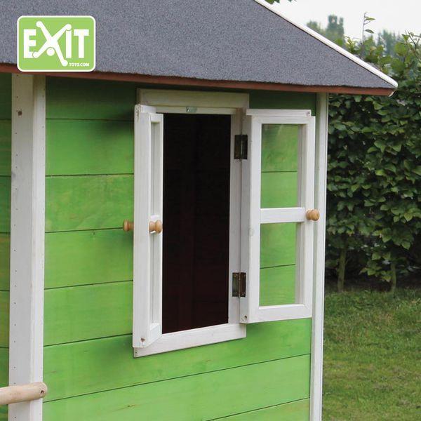 Ikkunat auki ja tuuletusta! Leikkiessä tulee kuuma ja vihreästä Loft 100 leikkimökistä saakin ikkunat auki kesän kuumiksi hellepäiviksi  #exit #leikkimökki #leikkimökit #lastenleikit #pihalle #takapiha
