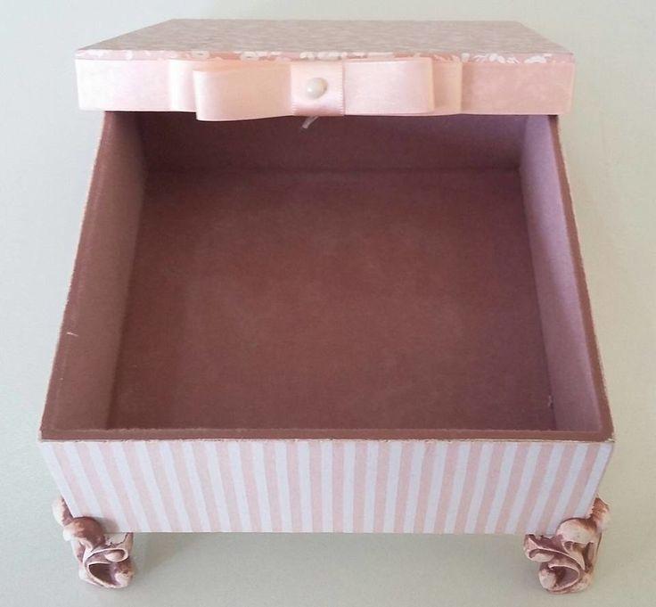 Peça em mdf, decorada com tecido, fita de cetim, laço chanel, pés colonial em resina, toda flocada por dentro.  Uma delicadeza, muito útil para organizar suas jóias ou maquiagens.