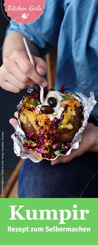 Kumpir ist eine türkische Spezialität. Die Ofenkartoffel wird mit verschiedenen Salaten und Dips gefüllt. Entdecken Sie unser Rezept.