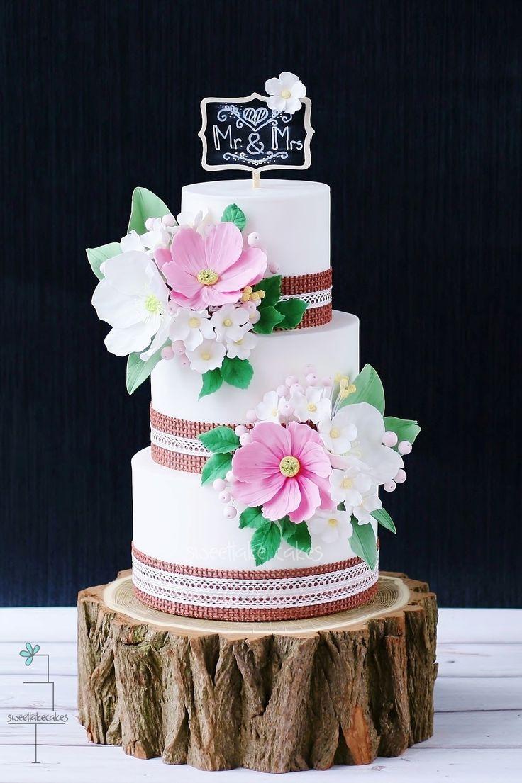 Rustic wedding cake with burlap, lace, field flowers and chalkboard / Rustieke taart met jute, kant, veldbloemen, en krijtbord