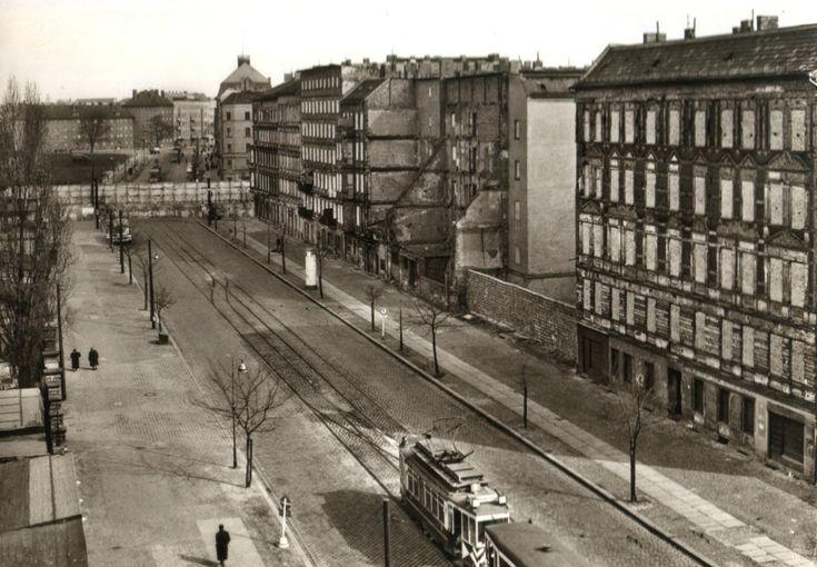 """379 Blick von der Bernauer Straße über die """"Mauer"""" in die Eberwalder Straße…"""