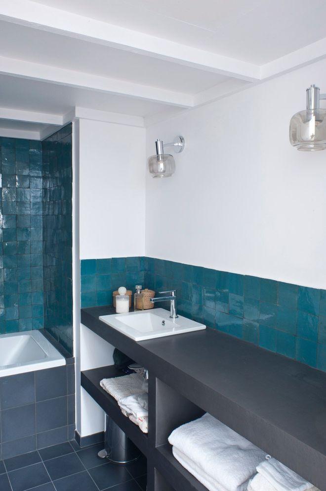 Mur En Zellige Bleu Dans La Salle De Bain Amenagement Salle De Bain Idee Salle De Bain Salle De Bain Turquoise