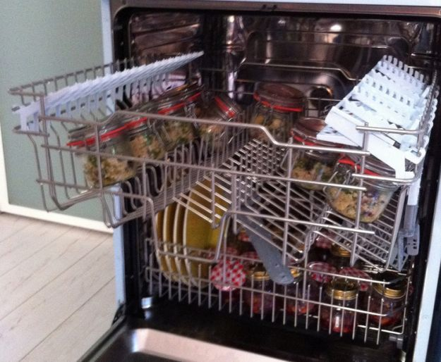 Cucinare usando la lavastoviglie è possibile e seguendo i suggerimenti della blogger Lisa Casali vi facciamo vedere come fare